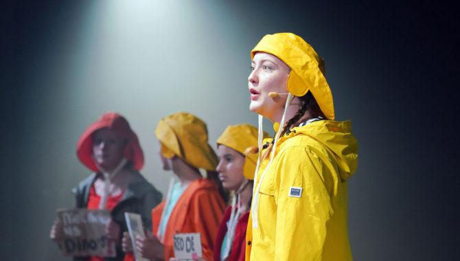 Kunstwerkplaats De Vrijstaat - DODO LIVE - Podium Hoge Woerd DODO live! is spannend muziektheater op zoek naar antwoorden op grote vragen. Wat is tijd, wat gebeurt er met dieren die uitsterven en waar komen nieuwe soorten eigenlijk vandaan? Boekhoudende dino's, een olifantsvogel op sterk water, ruziënde gentiaanblauwtjes en een welkomstdiner voor de witte neushoorn; in deze spannende voorstelling komt een lang vervlogen wereld tot leven waarin het heden en de toekomst zich moeiteloos mengen. DODO live! mixt hallucinerende livemuziek en kleurrijke theaterscènes tot een gebeurtenis voor jong en oud.  Tekst en regie: Paul Feld Spel: Daphne de Bruin, Anne Reitsma en Yari van der Linden Muziek: Pleun Alkemade, Erwin Eigenraam, Jimmie Feld & Joris Traas Vormgeving: Kim van der Zijde Techniek en film: Charlie Feld Met bijdragen van: Kinderen en jongeren van De Vrijstaat TheaterAcademie: Roos, Floor, Lisa, Naomi, Lowie, Zara, Mimouscha, Lise, Elena, Lola Jente, Boris, Vera, Dyanthe, Luka, Julia, Wendel, Diede, Carlijn, Merinde, Tessa, Femke, Femke, Wiene en Lena.